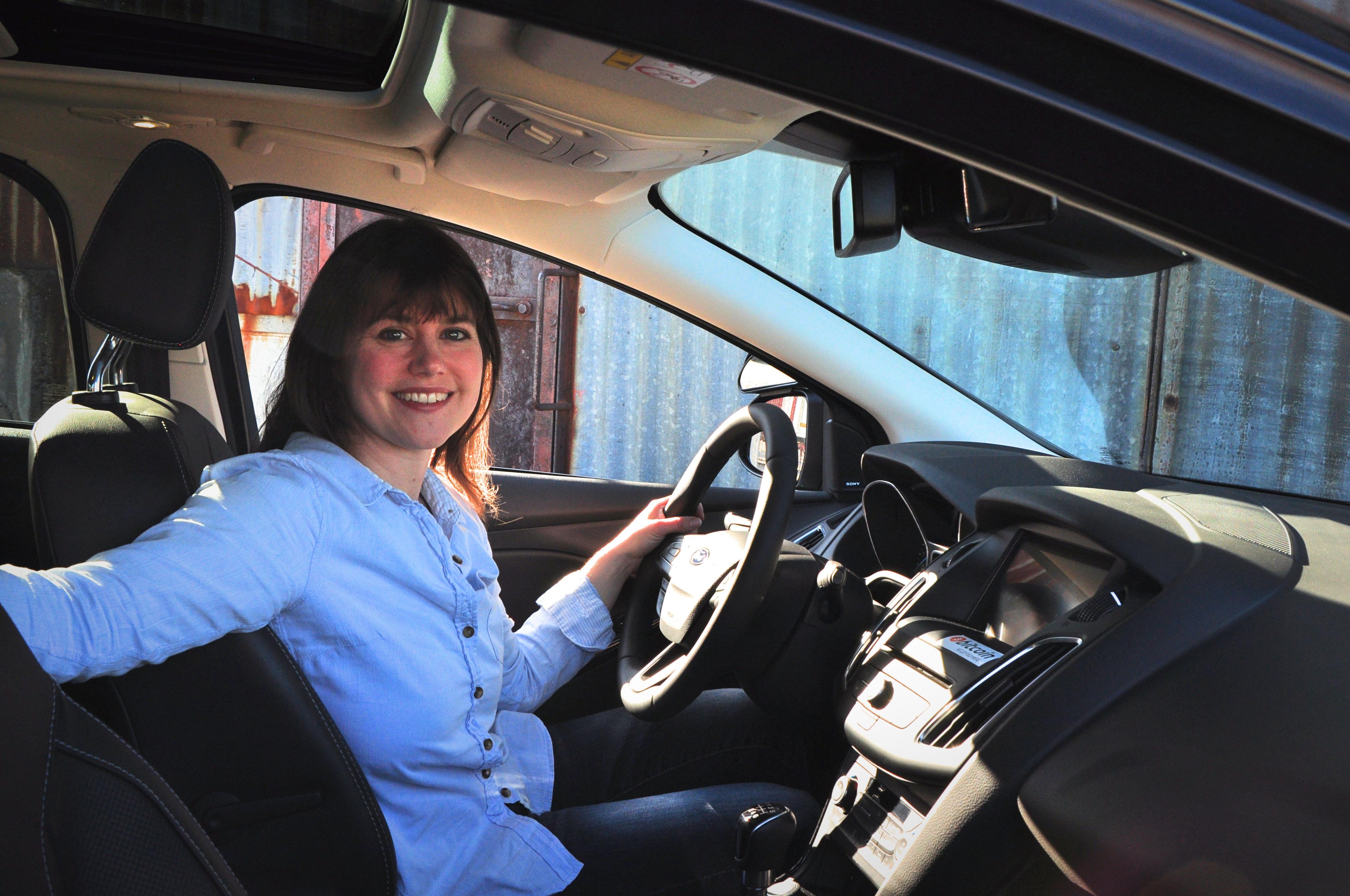 Nathalie im Auto ihres Fords
