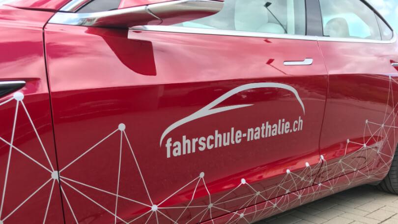 Mein Tesla Model 3 von nahem. Fahrertüre mit meinem schönen fahrschule-nathalie Logo drauf