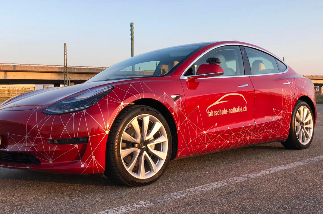 Der Tesla schön in Szene gesetzt im Morgenlicht - Blockchain Design